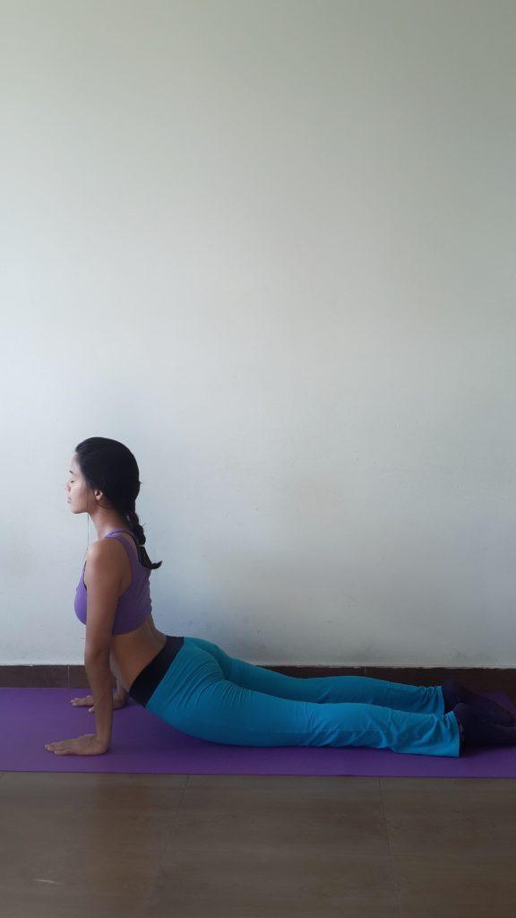 Aufwärtshund Yoga Pose mit Anleitung