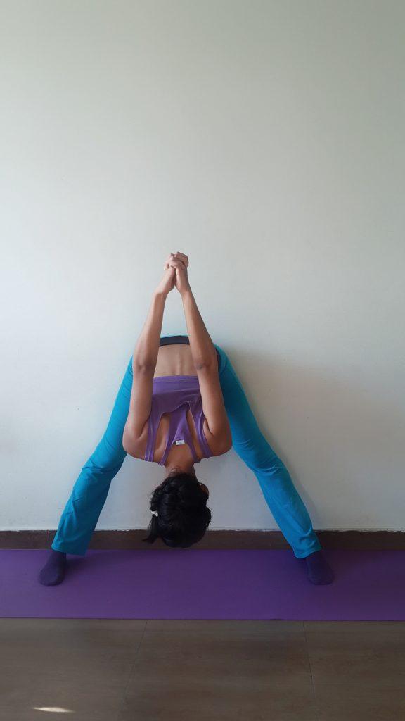 Brust zu den Knie Yoga Übung