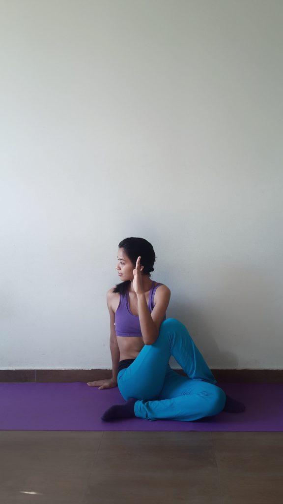 Halber Lotus Yoga Lotusdrehung