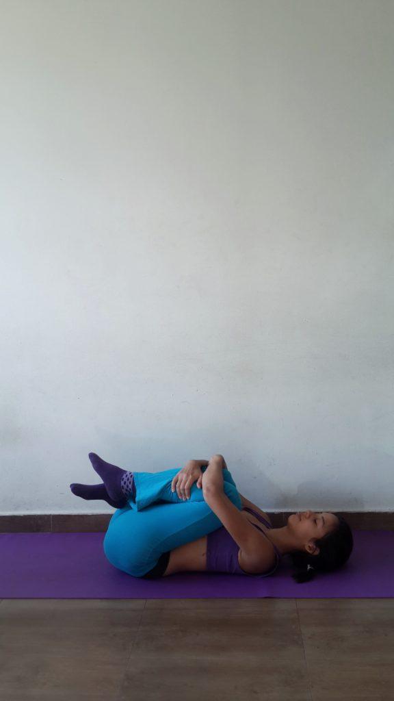 Knie zur Brust Yoga
